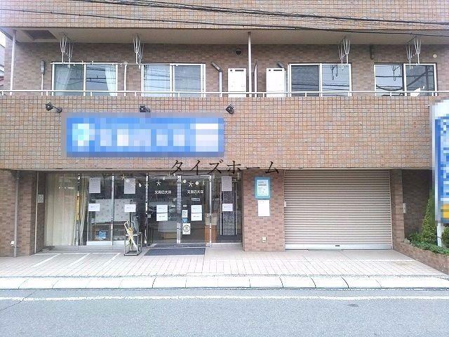 西八王子駅から徒歩7分、間口の広い1階路面店舗。前面に駐車スペース2台分確保出来ます。 表紙